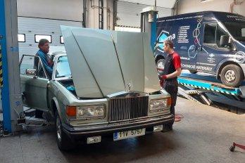 Interiér autoservisu a vůz Mercedes